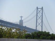 Lissabon-Brückenstatue stockfotografie