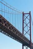 Lissabon - Detail van de 25ste april-brug tegen blauwe hemel Stock Afbeelding