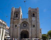 Lissabon domkyrkaingång på sommardag arkivbild