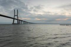 Lissabon is een verbazende toeristenbestemming Vasco da Gama Bridge is een mooi oriëntatiepunt, en één van de langste bruggen in royalty-vrije stock afbeeldingen