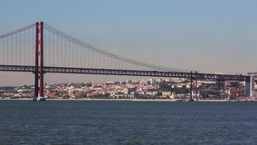 Lissabon en 25 DE Abril Bridge mening van zuidenbaai stock footage