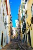 Lissabon färgrik gränd, typisk Oldtown bostadsområde, utomhus- brant trappa fotografering för bildbyråer