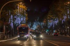 Lissabon gata som dekoreras med julljus royaltyfri bild