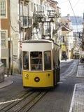 Lissabon gataplats med den gula spårvagnen Arkivfoto
