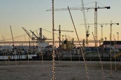 Lissabon-Hafen, Portugal Kräne am Sonnenuntergang Lizenzfreies Stockfoto