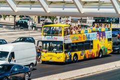 Lissabon-Hopfen auf Hopfen weg vom Stadtrundfahrt-Gelb-Bus Stockfotografie