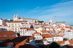 Lissabon i r?da tegelplattor arkivbild