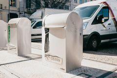 Lissabon, am 18. Juni 2018: Ein moderner intelligenter Abfalleimer auf der Straße Sammlung Abfall in Europa für folgende Beseitig Stockfotografie