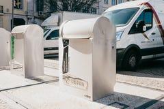 Lissabon Juni 18, 2018: En modern smart soptunna på gatan Samling av avfalls i Europa för följande förfogande Arkivbild