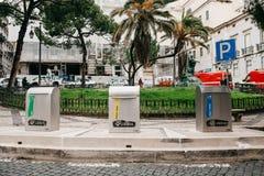 Lissabon Juni 18, 2018: En modern smart soptunna på gatan Samling av avfalls i Europa för följande förfogande Royaltyfri Bild