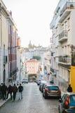 Lissabon kan 1, 2018: en vanlig stadsgata med bostads- byggnader Normalt liv i Europa Royaltyfri Fotografi