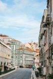 Lissabon kan 1, 2018: en vanlig stadsgata med bostads- byggnader Normalt liv i Europa Fotografering för Bildbyråer