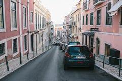 Lissabon kan 1, 2018: en vanlig stadsgata med bostads- byggnader Normalt liv i Europa car parking Arkivbild