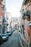 Lissabon kan 1, 2018: en vanlig stadsgata med bostads- byggnader Normalt liv i Europa car parking Arkivfoton