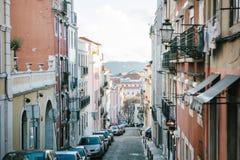 Lissabon kan 1, 2018: en vanlig stadsgata med bostads- byggnader Normalt liv i Europa car parking Arkivbilder