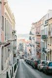 Lissabon kan 1, 2018: en vanlig stadsgata med bostads- byggnader Normalt liv i Europa car parking Royaltyfria Foton