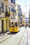 Lissabon karakteristisk elektrisk spårvagn av staden arkivfoton