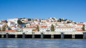 Lissabon (Lissabon), witte stad lette op de rivier van van Tejo (Tagus) Stock Afbeelding