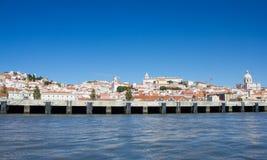 Lissabon (Lissabon), witte stad lette op de rivier van van Tejo (Tagus) Stock Afbeeldingen