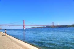 Lissabon, Marksteinsuspendierung 25 von April-Brücke Lizenzfreies Stockbild