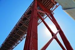 Lissabon, Marksteinsuspendierung 25 von April-Brücke Stockbilder