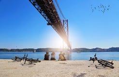Lissabon, Marksteinsuspendierung 25 von April-Brücke Stockbild