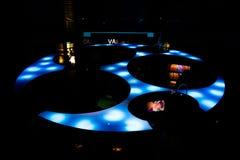 Lissabon Oceanarium - fantastiskt blåaktigt ljus för rund form Royaltyfria Bilder