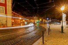 lissabon Oude straat bij nacht Royalty-vrije Stock Afbeelding