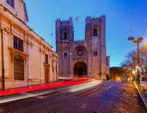 lissabon Oude straat bij nacht Stock Afbeelding