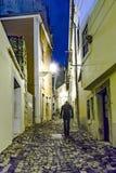 Lissabon på natten, gator och gamla hus av den historiska fjärdedelen Royaltyfria Foton