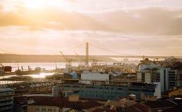 Lissabon-Panoramablick Der Tajo, die Brücke und die Werft am sunsetlight portugal stockfotos