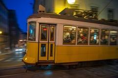 """LISSABON, PORTUGAL †""""28 Maart, 2014: Beroemde gele tram 28 Stock Afbeeldingen"""
