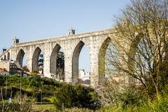 Lissabon Portugal: allmän sikt av akvedukten för Livres för Ã-guas (fritt vatten) royaltyfria bilder