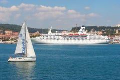 Lissabon, Portugal - April 03, 2010: zeilboot en schip op blauwe overzeese kust Varende boot en lijnboot in overzees travelling Stock Foto's