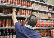 Lissabon Portugal - Augusti 03, 2017: En man väljer en toppen bocköl för portugisiskt öl på supermarket Royaltyfri Bild