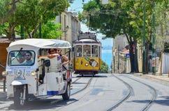LISSABON PORTUGAL - AUGUSTI 06, 2017: Turister i en taxiTuk tuk i Lissabon, Portugal royaltyfria bilder