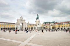 Lissabon Portugal - Augusti 27, 2017: Turister som går på den Comercio fyrkanten, Praca gör Comercio på en delvis molnig dag i Li arkivbild