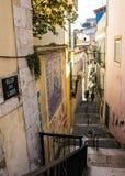 Lissabon Portugal: Beco gränd och trappa av Loios i den Alfama fjärdedelen Arkivbilder