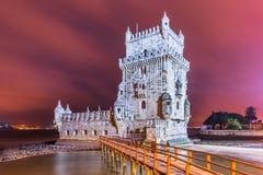 Lissabon Portugal: Belem torn Torre de Belém på natt, en av de huvudsakliga gränsmärkena av staden arkivfoto