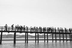 LISSABON, PORTUGAL/CIRCA MEI 2014 - Mensen die het de toren openbare monument van Belem een rij vormen in te gaan Stock Afbeeldingen