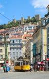 LISSABON, PORTUGAL - CIRCA MEI 2014 - Oude Portugese traditionele elektrische gele tram maakt zijn manier over de centrale strate Royalty-vrije Stock Afbeeldingen