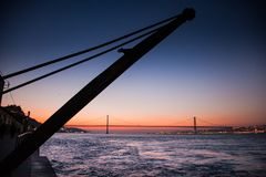 LISSABON, PORTUGAL - de Tagus-Rivier voorbij de brug van 25 DE Abril van Cacilhas Stock Fotografie