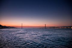 LISSABON, PORTUGAL - de Tagus-Rivier voorbij de brug van 25 DE Abril van Cacilhas Stock Afbeeldingen