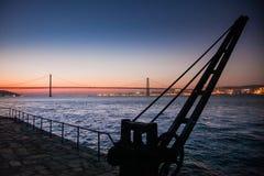 LISSABON, PORTUGAL - de Tagus-Rivier voorbij de brug van 25 DE Abril van Cacilhas Royalty-vrije Stock Afbeeldingen