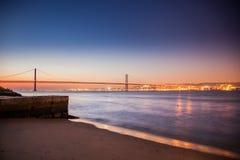 LISSABON, PORTUGAL - de Tagus-Rivier voorbij de brug van 25 DE Abril van Cacilhas Stock Afbeelding