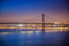 LISSABON, PORTUGAL - de Tagus-Rivier voorbij de brug van 25 DE Abril van Cacilhas Royalty-vrije Stock Afbeelding
