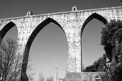 Lissabon Portugal: den gamla aquaducten för Livres för Ã-guas (fritt vatten) Royaltyfri Bild