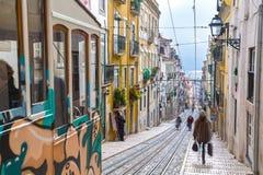 Lissabon, Portugal, Europa - Traditionele straatmening Stock Fotografie