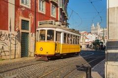 Lissabon Portugal, Europa - traditionell spårvagnbortgång arkivbild