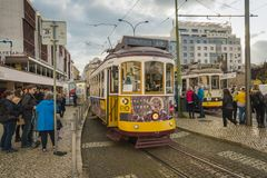 LISSABON/PORTUGAL - 17. FEBRUAR 2018: BERÜHMTE ALTE GELBE TRAM HEREIN lizenzfreie stockfotografie